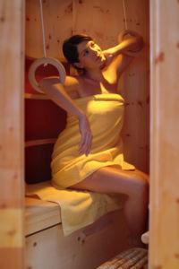 Infrarotwärmekabine Frau mit Ringen