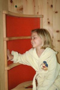 Kind fasst Infrarotwärmekabine Flächen an